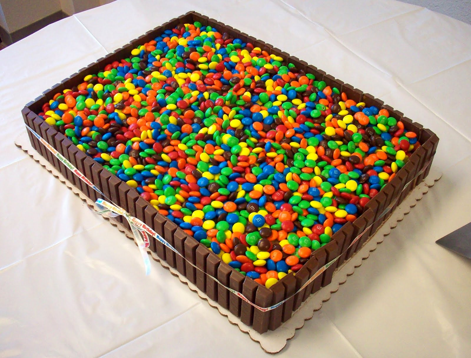1/2 sheet cake feeds how many